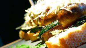 Champiñón horneado con queso parmesano sobre cama de berenjena